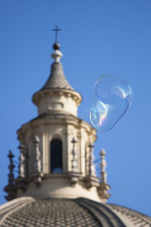 Große Seifenblase vor der Kirche Santa Maria stockfotos