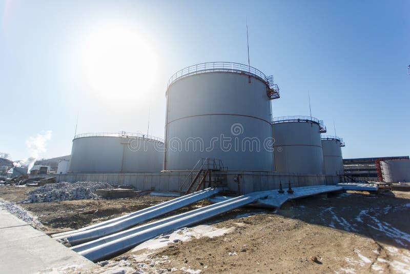 Große silberne Behälter für die Lagerung von Erdölprodukten im offenen lizenzfreies stockfoto