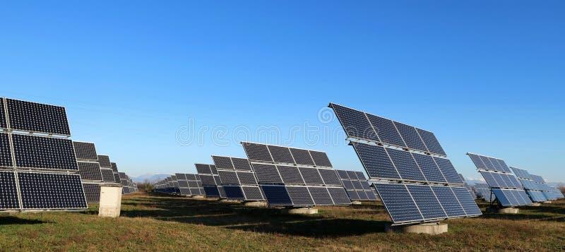 Große Solarpaneele im Winter, wolkenlos sonnig lizenzfreie stockfotografie