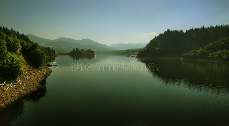 Große Sommeransicht des Mountainseemorgens stockfoto