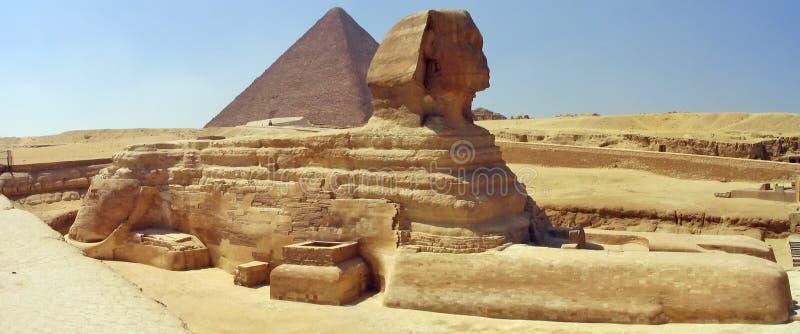Große Sphinx, große Pyramide. Giza, Ägypten. lizenzfreie stockfotografie
