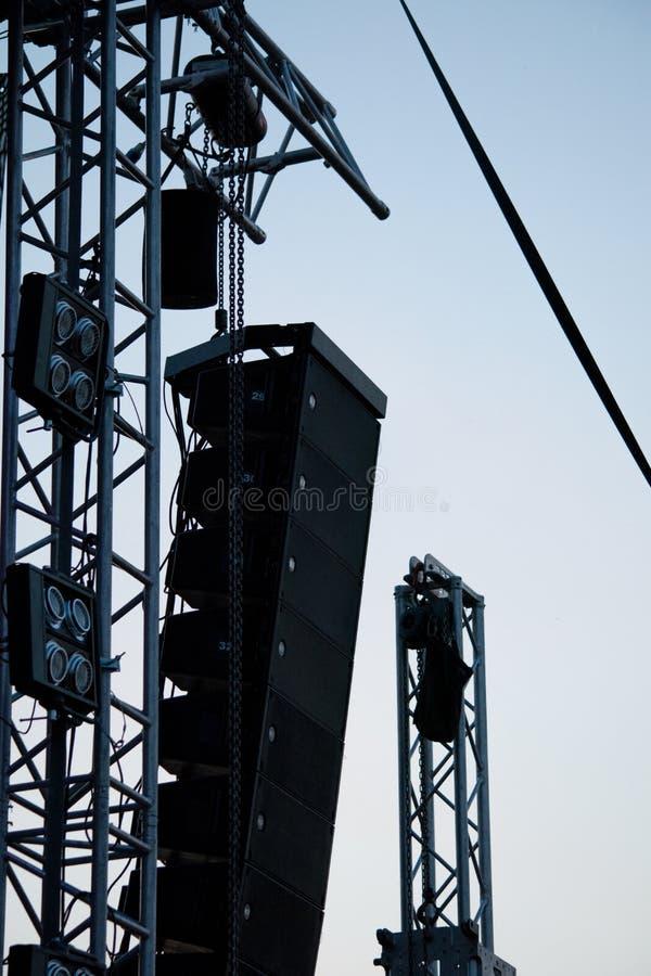 Große Stadiumssprecher und -scheinwerfer vom elektronischen Rockkonzertfestival stockbild