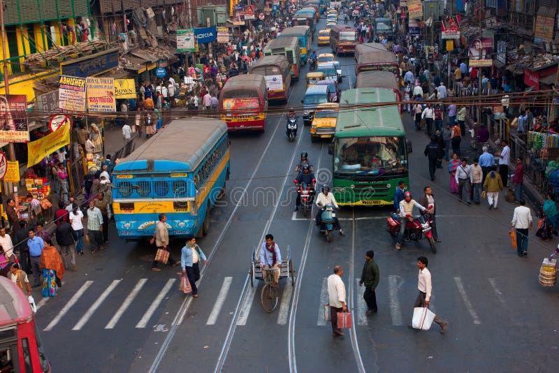 Große Stadtstraße mit Tausenden von Leuten, Fahrräder lizenzfreie stockfotos