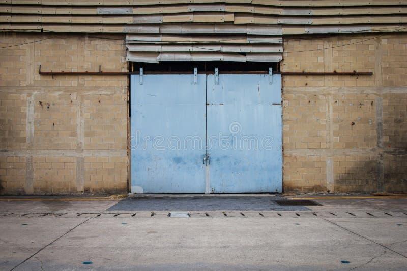 Große Stahltüren von alten Lagern sind geschlossen lizenzfreie stockbilder