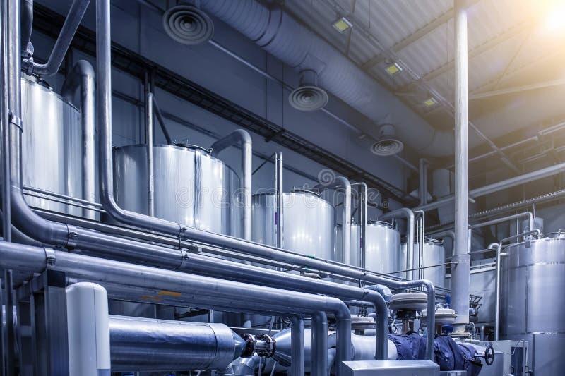 Große Stahltankreservoire für Alkoholbierherstellung an der modernen Brauerei, Blaues getont als abstrakter industrieller Hinterg stockfoto