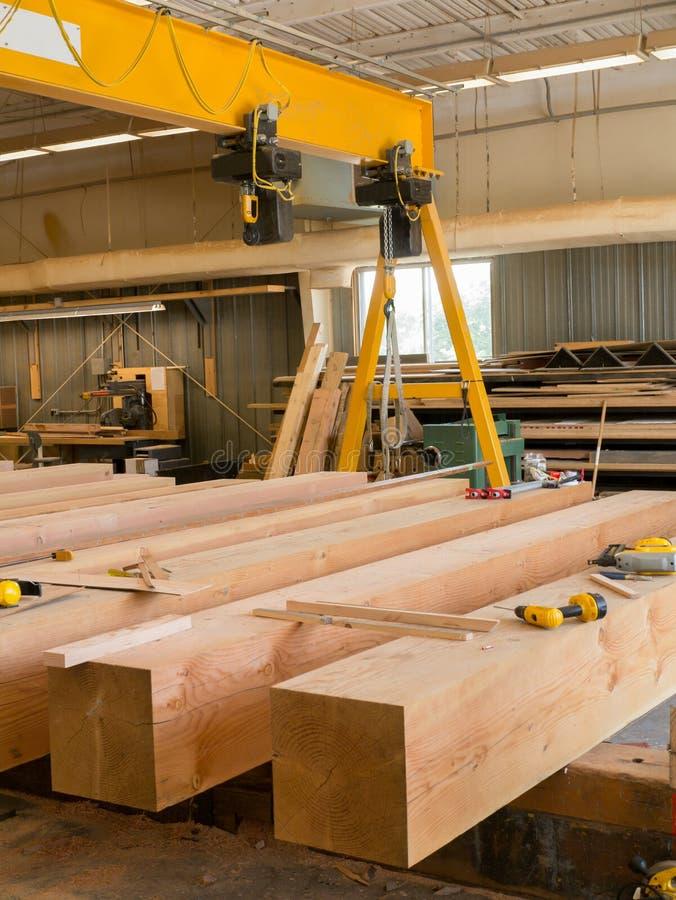 Große Strahlen des Holzes in der Werkstatt lizenzfreie stockfotografie