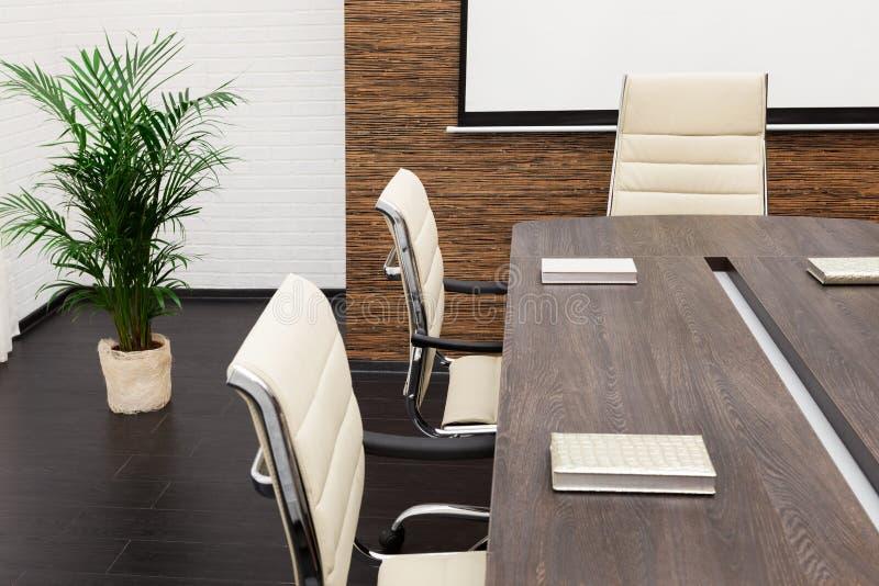 Große Tabelle und Stühle stockfoto