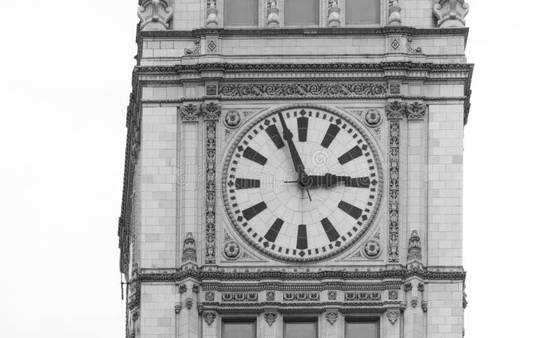 Große Uhr auf einem Gebäude auf einer Straße von Chicago im Stadtzentrum gelegen lizenzfreie stockfotografie