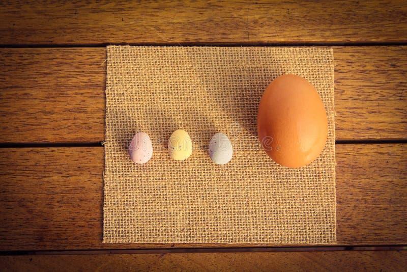 Große und kleine Eier lizenzfreies stockbild