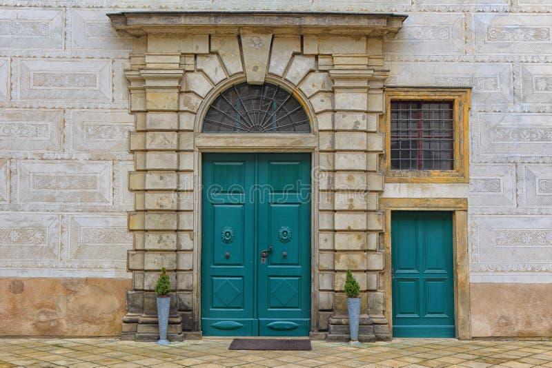 Große und kleine Tür stockfotografie