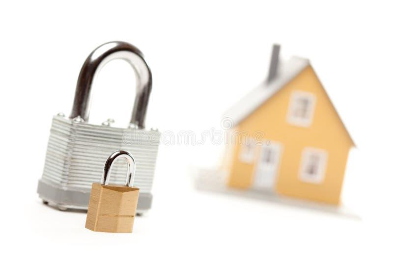 Große und kleine Verriegelungen und Haus lizenzfreies stockbild