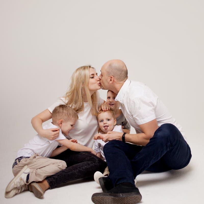 Große und nette Familie, Mutter, Vati und drei Söhne glücklich zusammen lizenzfreie stockfotos