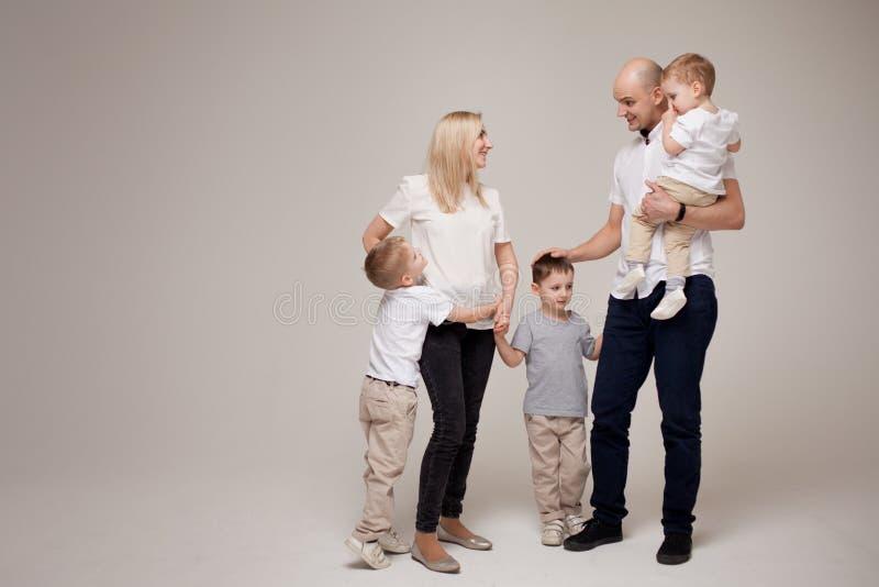 Große und nette Familie, Mutter, Vati und drei Söhne glücklich zusammen lizenzfreies stockbild