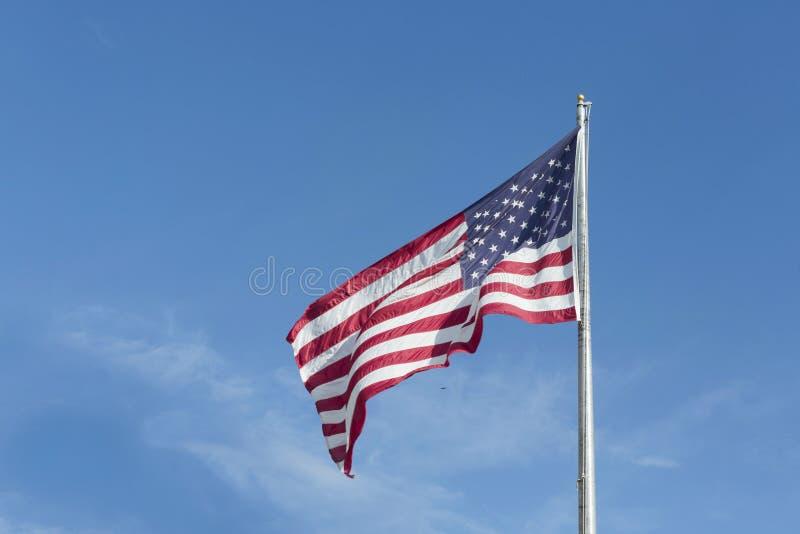 Große US-Markierungsfahnen-alter Ruhm, der in einem starken Wind an einem wolkenlosen Tag durchbrennt S Markierungsfahne lizenzfreie stockfotografie