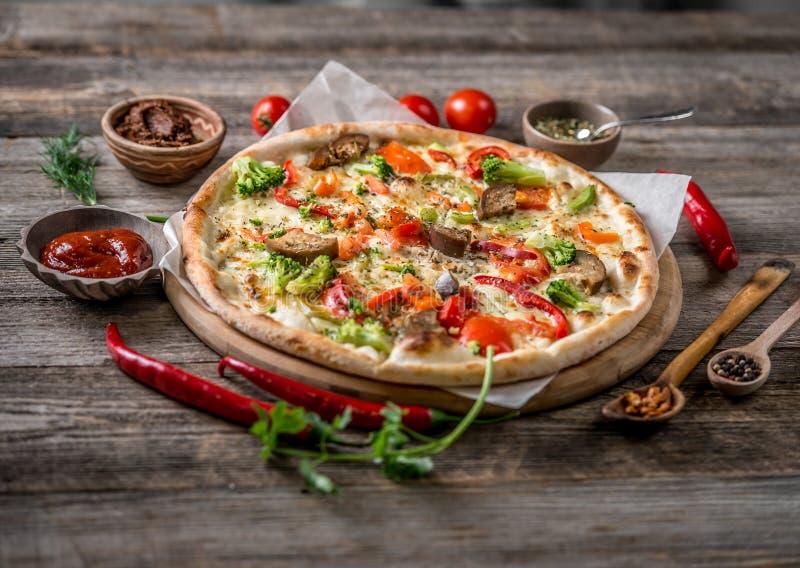 Große vegeterian Pizza mit Soßen und Pfeffer stockfoto