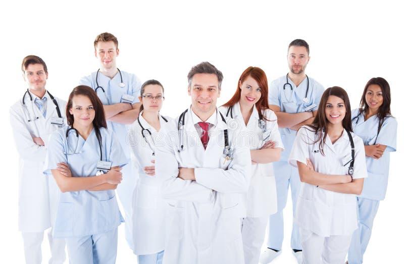 Große verschiedene Gruppe des medizinischen Personals in der Uniform lizenzfreie stockfotos