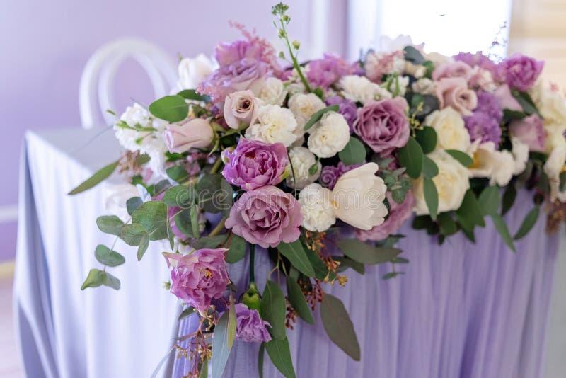 Große Volumenzusammensetzung von den frischen Blumen Hochzeit floristics mit Betonung auf lila Blumen lizenzfreie stockfotografie
