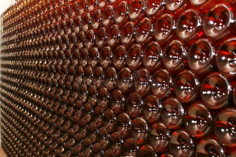 Große Wand der Weinflaschen lizenzfreies stockfoto