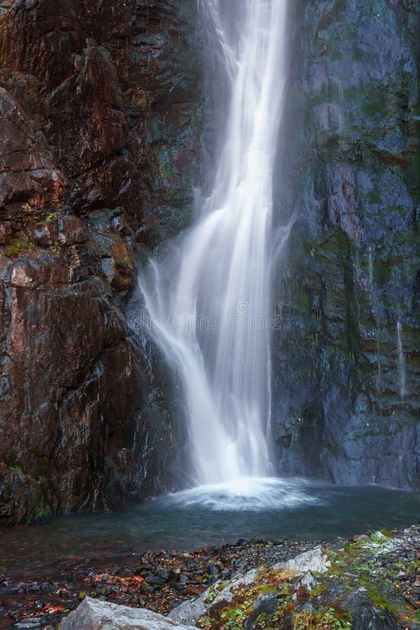 Große Wasserfälle Gveleti in einer Dariali-Schlucht nahe der Kazbegi-Stadt in den Bergen des Kaukasus, Geprgia stockbilder