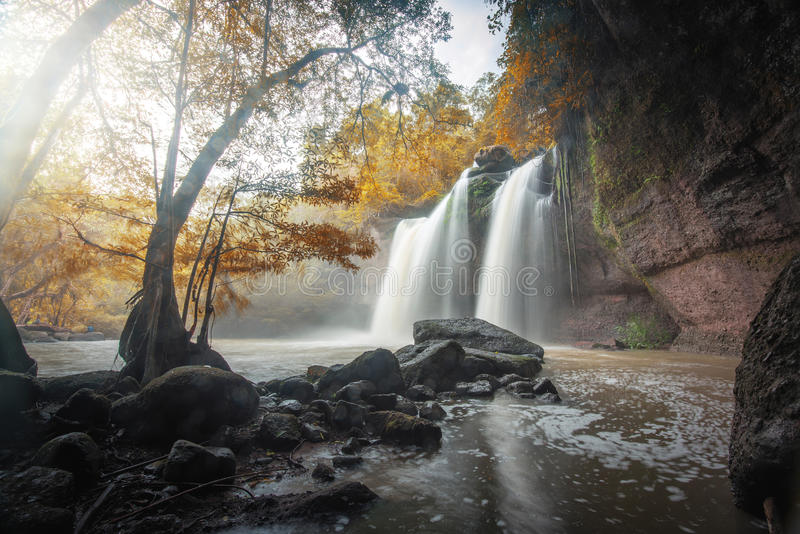 Große Wasserfälle im Herbst lizenzfreies stockfoto