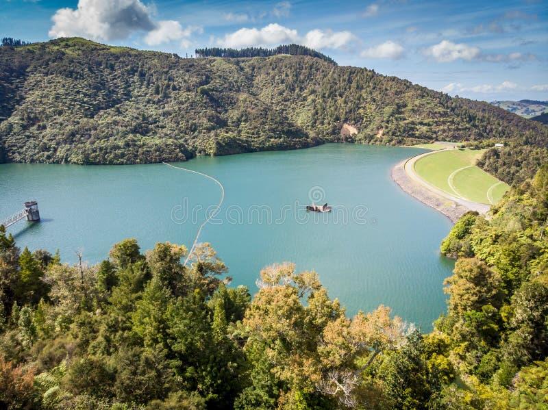 Große Wasserreservoirverdammung Waikato Neuseeland stockfotografie