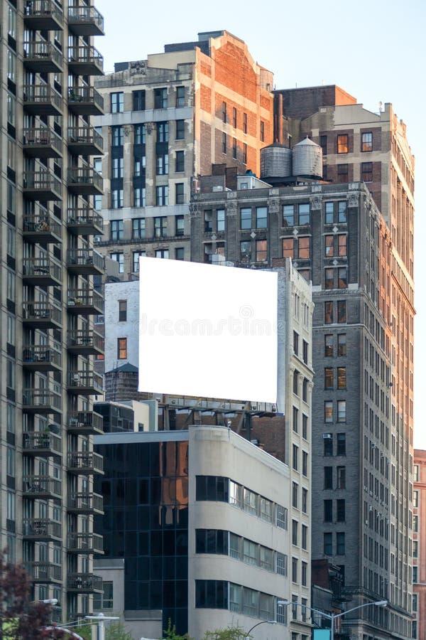 Große weiße Anschlagtafel auf der Wand. lizenzfreies stockfoto
