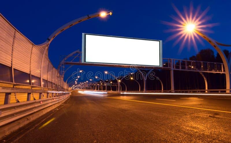 Große weiße Anschlagtafel auf Nachtlandstraße stockbilder