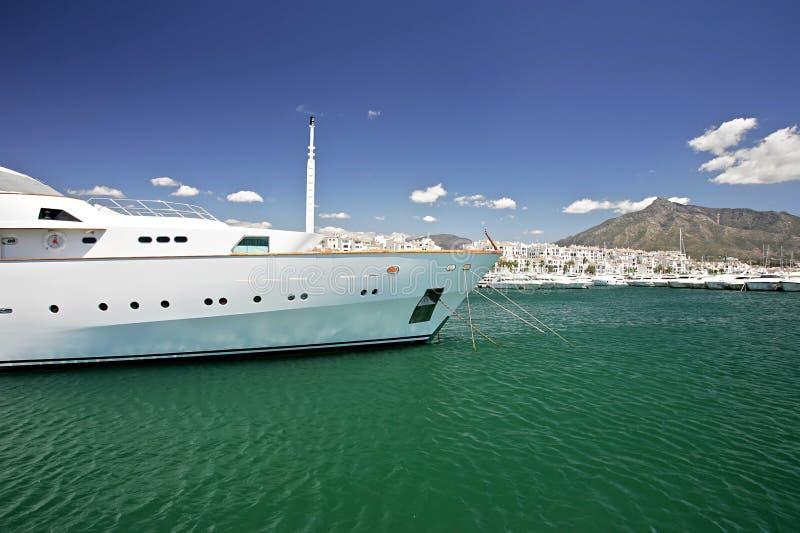 Große, weiße, luxuriöse und teure Yacht lizenzfreie stockfotografie