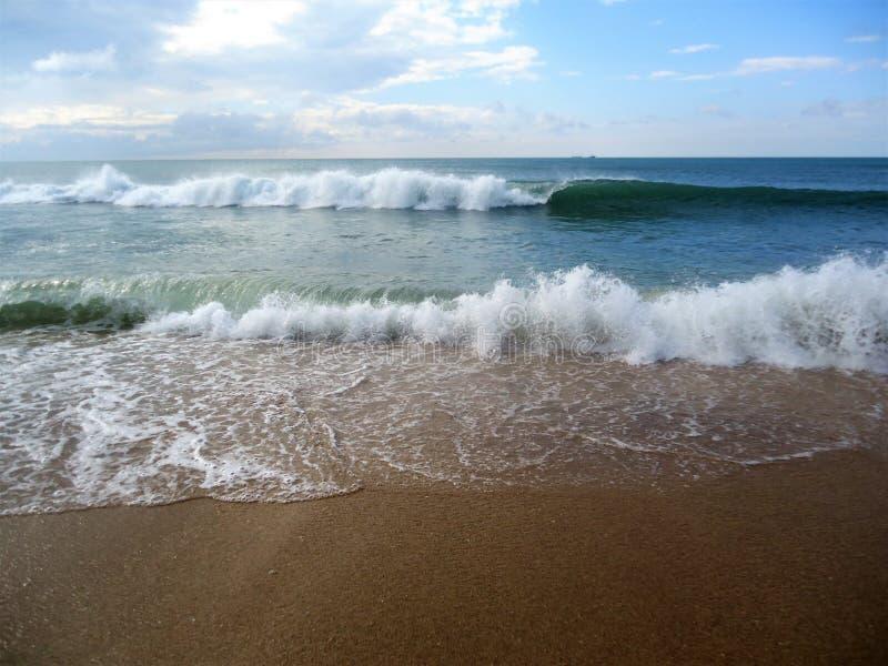Große weiße Wellen und blaues schönes Meer lizenzfreies stockbild