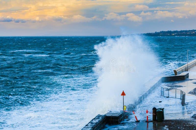Große Welle, die auf Pier zerquetscht lizenzfreie stockbilder