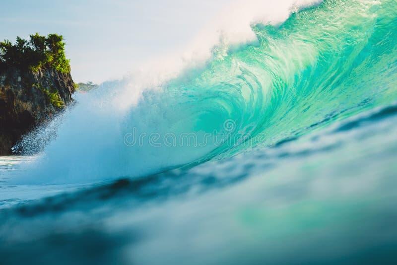 Große Welle im Ozean Brechende Welle in Bali bei Padang Padang lizenzfreie stockbilder