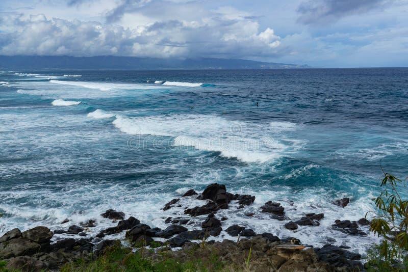 Große Wellen auf einem von Mauis surfenden Stränden stockfotografie