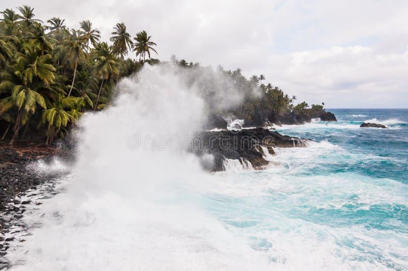 Große Wellen, die auf dem Ufer von einer Tropeninsel zerquetschen lizenzfreies stockfoto
