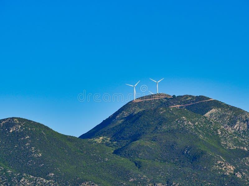 Große Windkraftanlagen auf griechischem Berg, Griechenland lizenzfreie stockfotografie