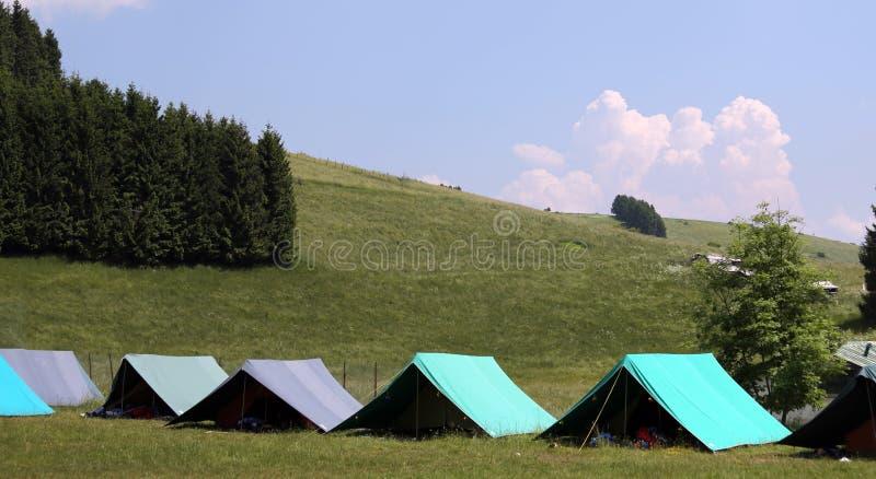 Große Zelte, zum während des Sommercampingplatzes zu schlafen stockfotos