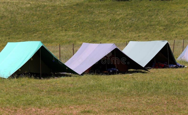 Große Zelte, zum während des Sommerlagers des boyscout zu schlafen lizenzfreies stockfoto