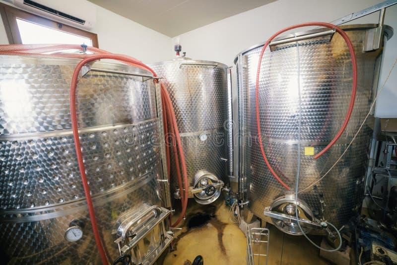 Große Zisternen mit Wein An der Produktionsweinkellerei lizenzfreie stockbilder