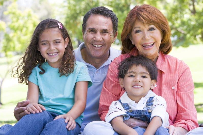 Großeltern, die mit Enkelkindern aufwerfen stockfoto