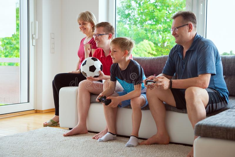 Großeltern, ihr Sohn und Enkel sind für emotional krank stockbild