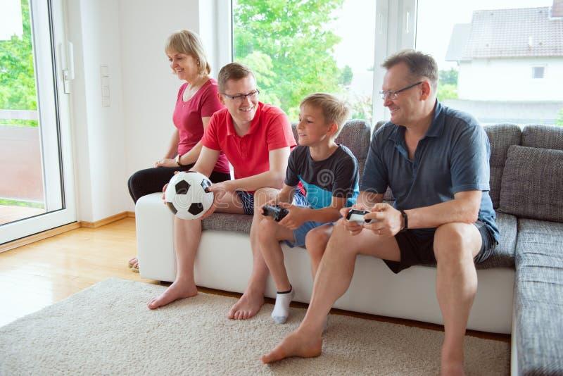Großeltern, ihr Sohn und Enkel sind für emotional krank stockfotos
