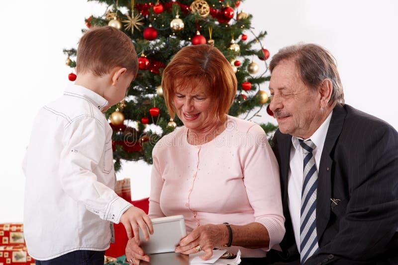 Großeltern mit Enkel am Weihnachten lizenzfreies stockfoto