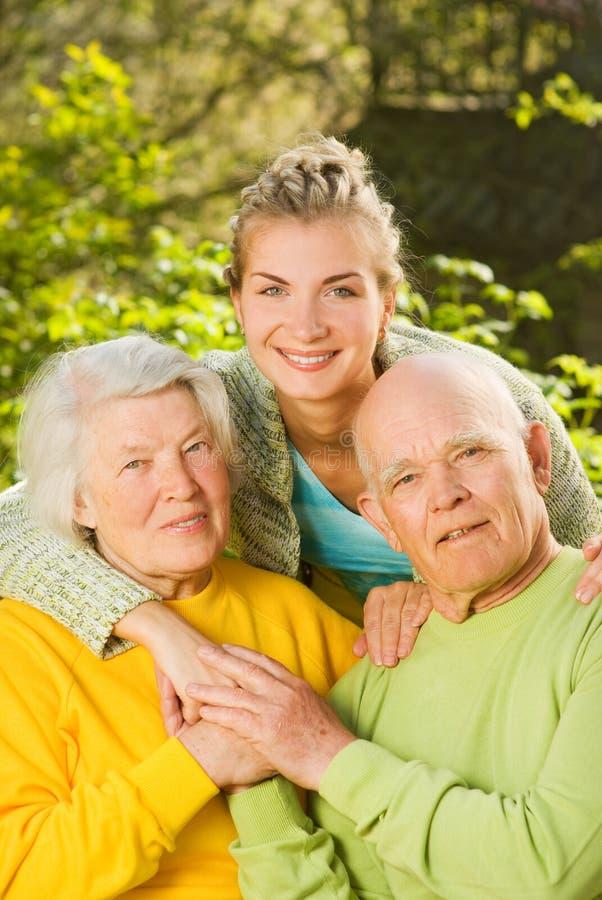 Großeltern mit Enkelin stockbild