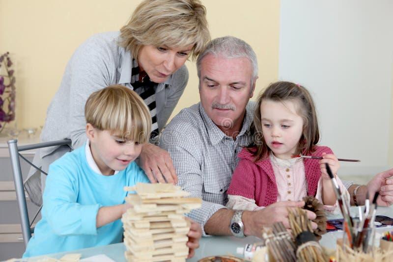 Großeltern mit Enkelkindern lizenzfreie stockfotografie