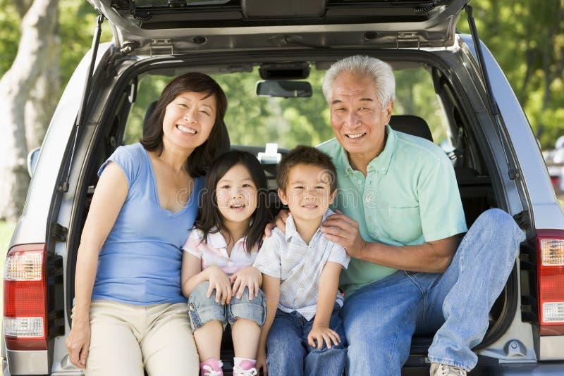 Großeltern mit Grandkids in der Hinterverkleidung des Autos stockfotos