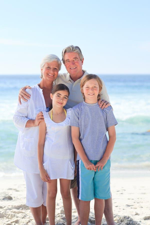 Großeltern mit ihren Enkelkindern stockfoto