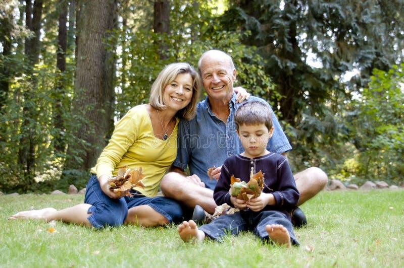 Großeltern am Park stockfoto