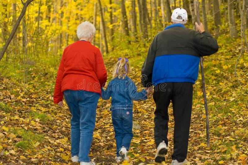 Großeltern und Enkelin. lizenzfreies stockfoto