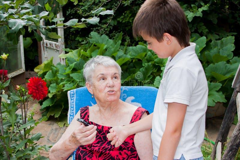 Großenkel der Urgroßmutter unterrichtet Kontakt lizenzfreie stockfotos