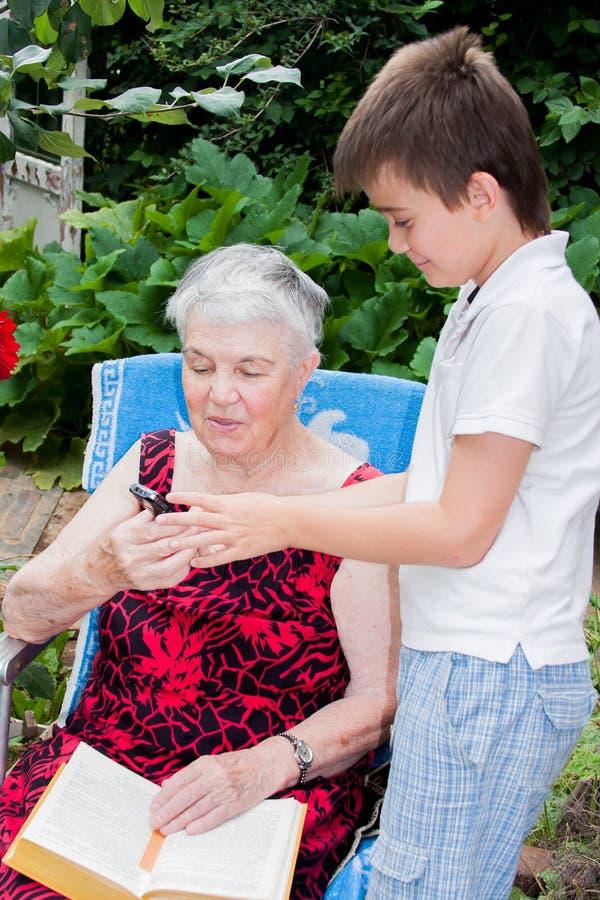 Großenkel der Urgroßmutter unterrichtet Kontakt stockfoto