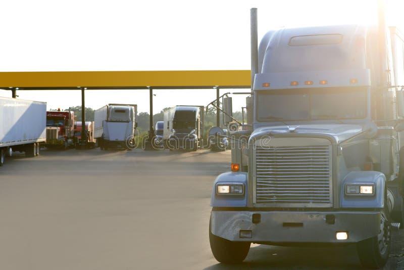 Großer amerikanischer LKW auf einem Autobahneingang stockbild